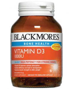 Thuốc bổ sung vitamin D3 1000IU hỗ trợ duy trì mật độ xương khỏe mạnh bằng cách cung cấp khoáng chất cho bộ xương. Cung cấp vitamin D cần thiết cho sự hấp thu canxi và xương khỏe mạnh. Vitamin D cũng cải thiện sức mạnh cơ cho người già có thể làm giảm tỷ lệ bị ngã. Mọi người cần phải thường xuyên tiếp xúc với ánh sáng mặt trời trên da của họ để hấp thụ vitamin D nhưng nên tránh tiếp xúc trong thời gian tia nắng có UV cao điểm. Số lượng lớn người Úc không nhận được đủ Vitamin D trong lối sống và chế độ ăn uống của họ. Khi lớn lên khả năng của da sản sinh ra vitamin D càng giảm. Blackmores Vitamin D3, dạng tạo raVitamin D3 tự nhiên trong cơ thể. Loại thuốc này hiệu quả trong việc nâng cao hàm lượng vitamin D trong máu so với D2.